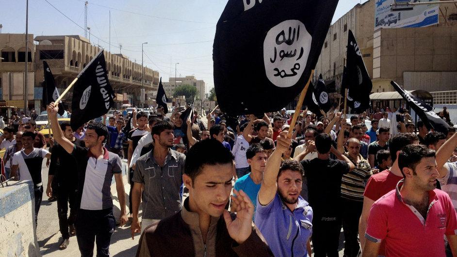 Iráčtí sunnitští demonstranti s vlajkami al-Káidy