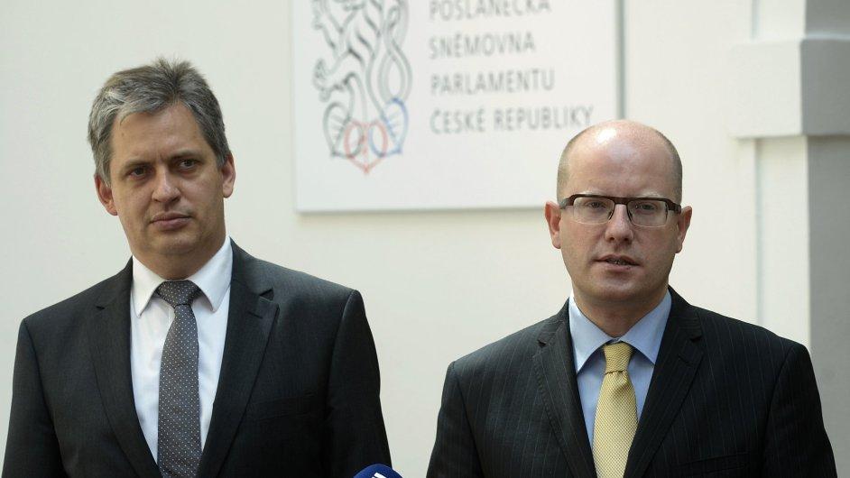 Premiér Bohuslav Sobotka (vpravo) a ministr pro legislativu Jiří Dienstbier vystoupili 1. srpna v Praze na tiskové konferenci po jednání s opozicí o služebním zákonu.