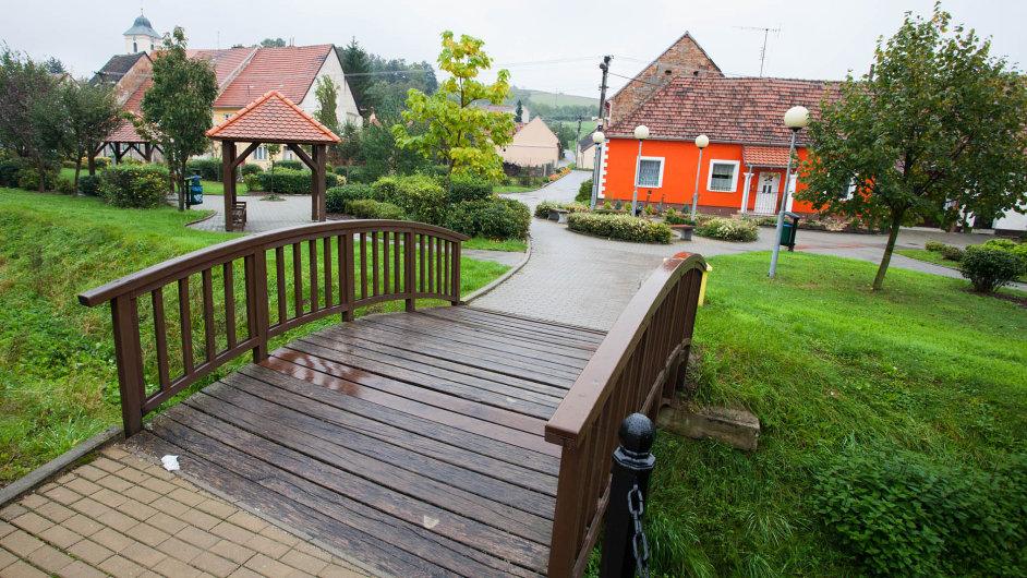 Uprostřed slovácké vesnice lze narazit i na klenutý můstek evokující spíše japonskou zahradu.