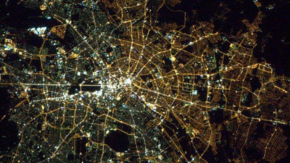 Na satelitním snímku nočního Berlína je někdejší rozdělení města stále patrné