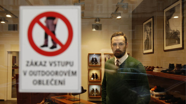 Majitel obchodu s botami Michal Ku�era bojuje proti tomu, aby �e�i v�ude chodili v outdoorov�m oble�en�.