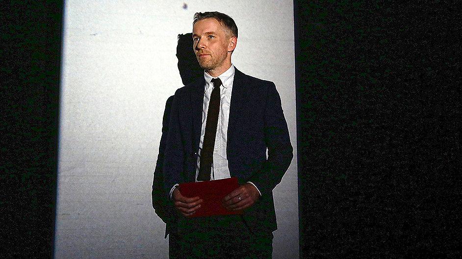 Umělec Duncan Campbell v pondělí večer převzal Turnerovu cenu.