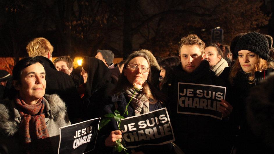 Pietní shromáždění za oběti Charlie Hebdo u francouzské ambasády v Praze.  Lennonova zeď