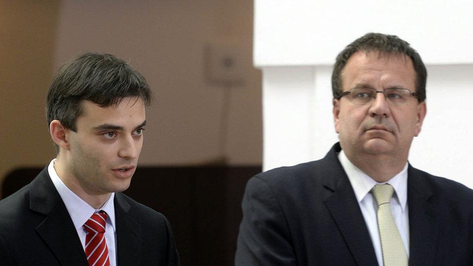 Ministr průmyslu Jan Mládek (vpravo) jmenoval současného ředitele CzechInvestu Karla Kučeru loni v říjnu.