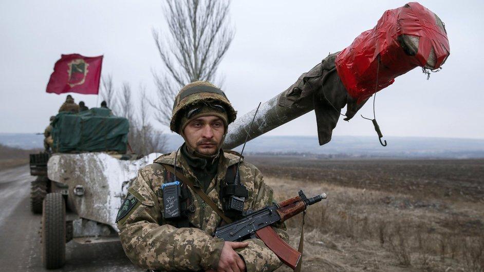 Ukrajinci stahují těžké zbraně z oblasti Debalceve.