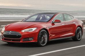 E-shop Alza.cz začíná prodávat vozy Tesla, platit lze i v bitcoinech. Firma proto otevřela dobíjecí stanici v Holešovicích
