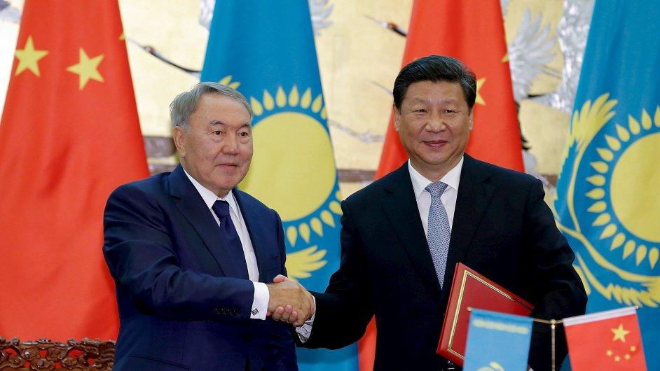 Kazachstán a Čína utužují vztahy. Na snímku kazašský prezident Nursultan Nazarbajev a jeho čínský protějšek Si Ťin-pching.