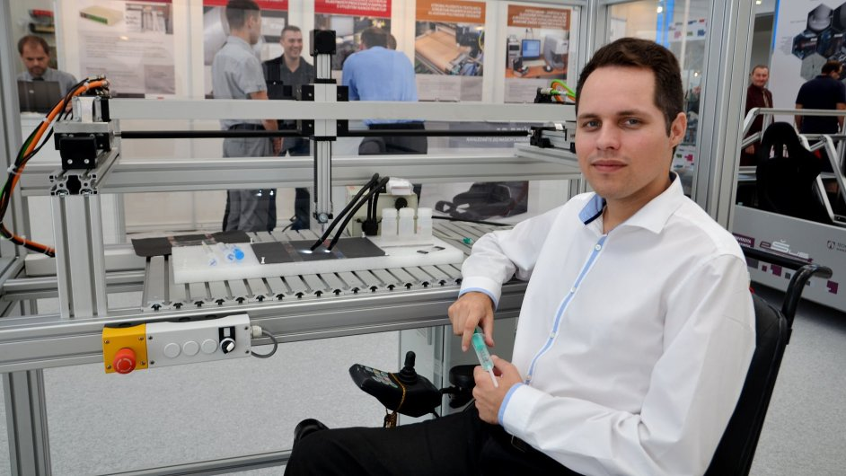 Doktorand liberecké univerzity Lukáš Stanislav ukazuje svůj revoluční stroj na výrobu nanovláken.