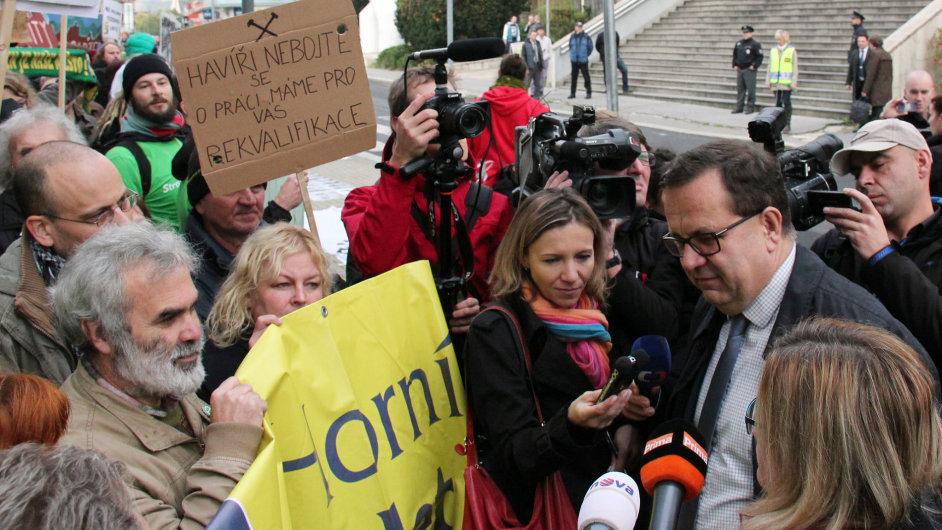 Ministr průmyslu a obchodu Jan Mládek hovoří s lidmi demonstrujícími za zachování limitů těžby hnědého uhlí na severu Čech.