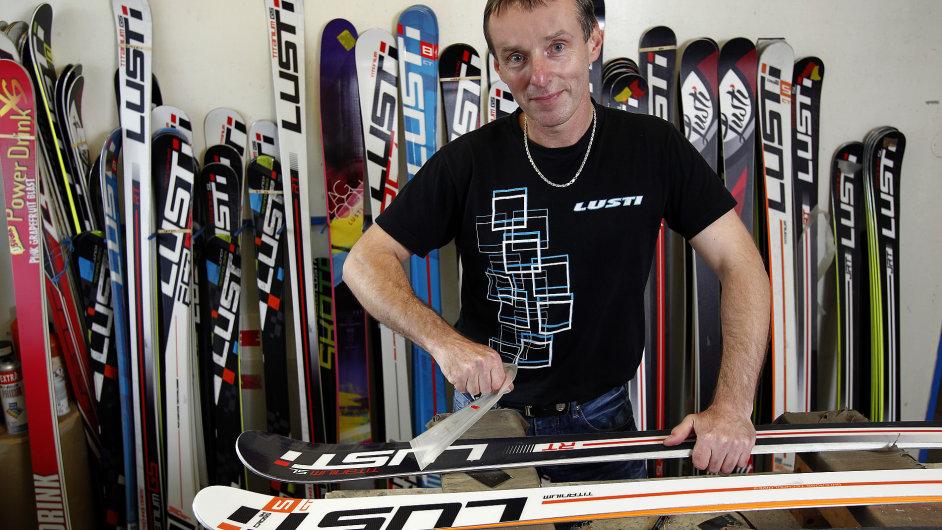 Když tvrdím, že lyže má dřevěné jádro, tak je po celé délce lyže, ne jen pod vázáním, jak je ve světě běžné, chlubí se Martin Luštinec.