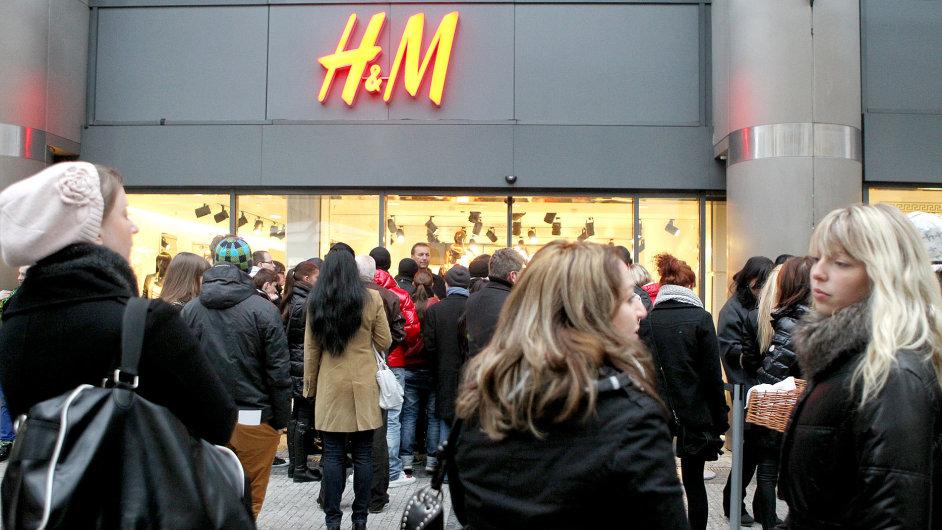 Lidé před pražskou prodejnou H&M