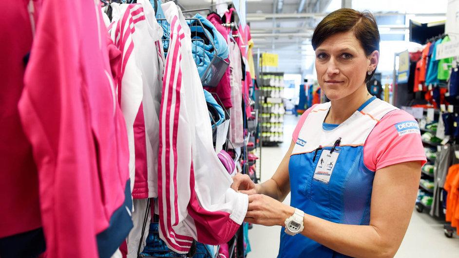 Eva Horáková dnes obléká firemní stejnokroj Decathlonu aobsluhuje zákazníky.