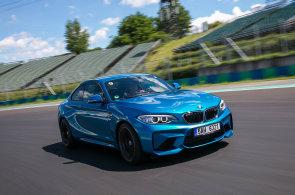 S kapesní stíhačkou BMW M2 na závodním okruhu formule 1. Zatáčky zvládá na výbornou