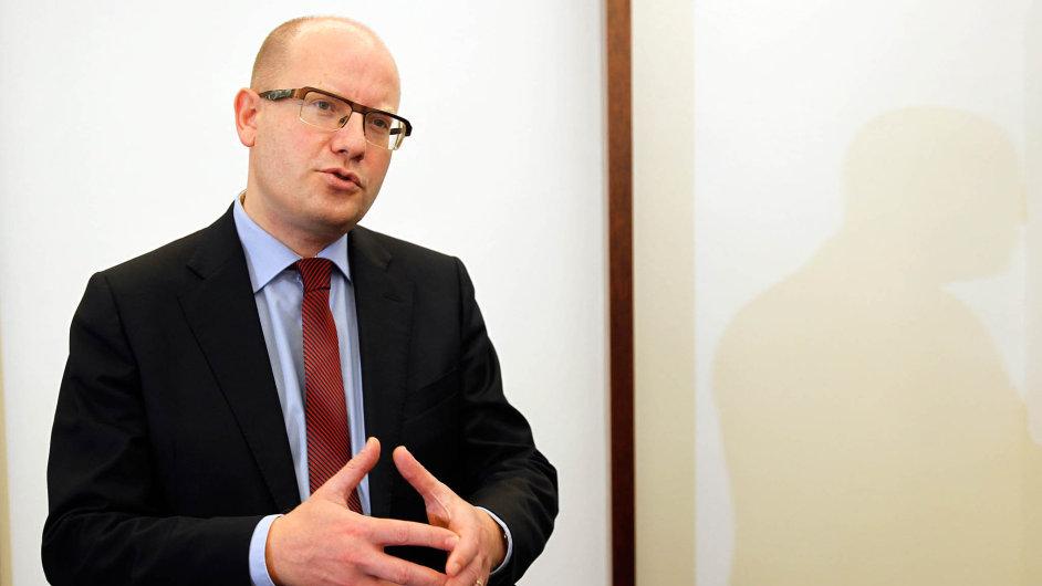 Premiér Bohuslav Sobotka tvrdí, že cílem služebního zákona nikdy nebylo zcela zabránit politikům, aby si doúřadu přivedli své lidi.