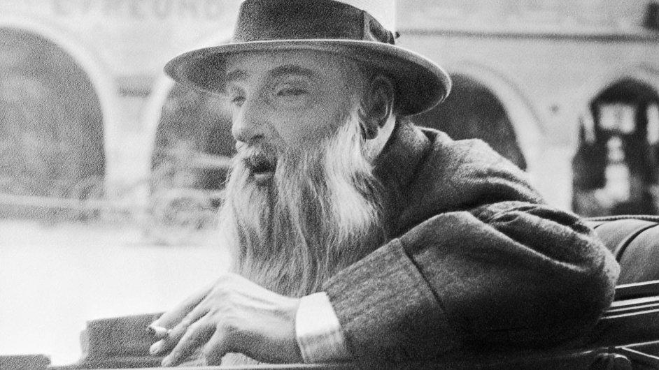 Jaroslav Vrchlický na snímku v kočáře na projížďce Domažlicemi krátce před smrtí v roce 1912.