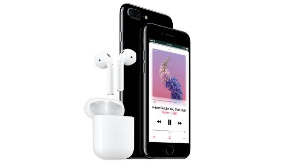 Místo nového vzhledu telefonu vsadil Apple na dvě nové barvy – dva odstíny černé. Změny se odehrály hlavně uvnitř telefonu, mezi ty výraznější patří zvýšení odolnosti vůči poškození kapalinami.