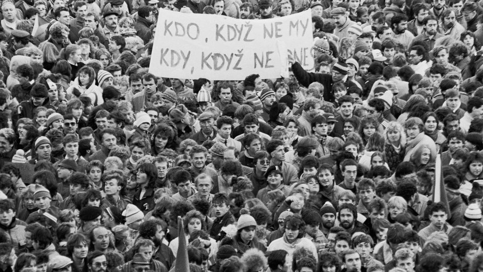 """Když Češi chtěli """"zpátky do Evropy"""", zajímala je politika masově. Dnes žijí v Evropě, kde mladé lidi správa veřejných záležitostí zajímá jen málo."""
