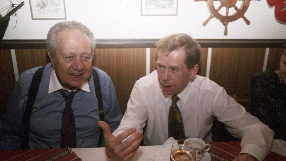 Portugalský prezident Mário Soares (vlevo) a český prezident Václav Havel v rozhovoru během soukromé večeře v restauraci na Rašínově nábřeží na snímku z 16. listopadu 1994.
