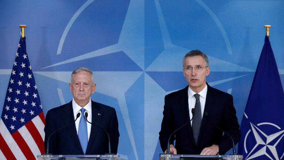 Americký ministr obrany Jim Mattis a generální tajemník NATO Jens Stoltenberg