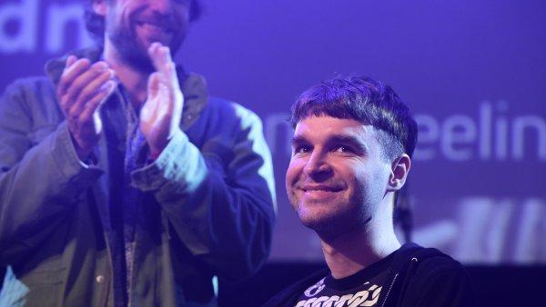 Na snímku z předávání cen Apollo je vpravo hudební producent Ondřej Holý vystupující pod jménem dné.