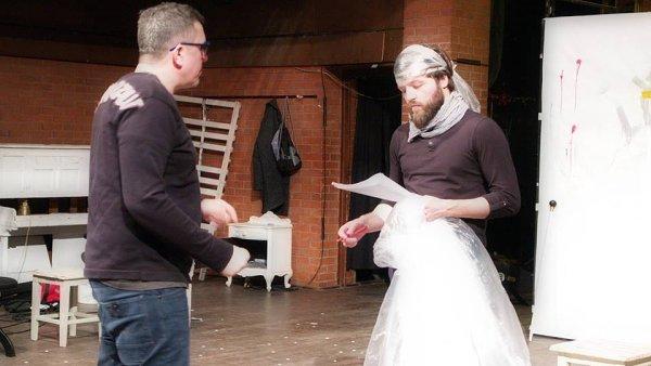 Snímek ze zkoušky inscenace Dynastie v Divadle Husa na provázku.
