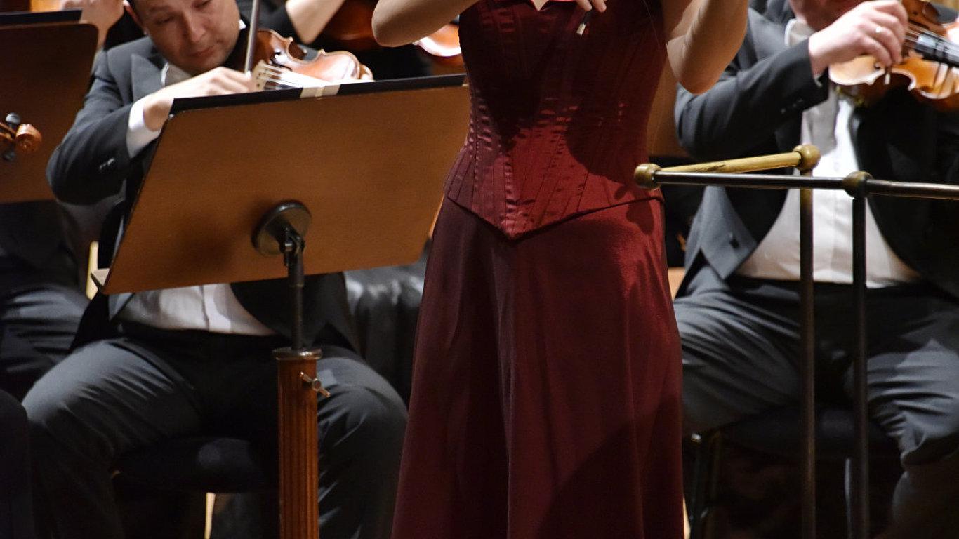 Na snímku ze soutěže Pražské jaro je vítězka Olga Šroubková.