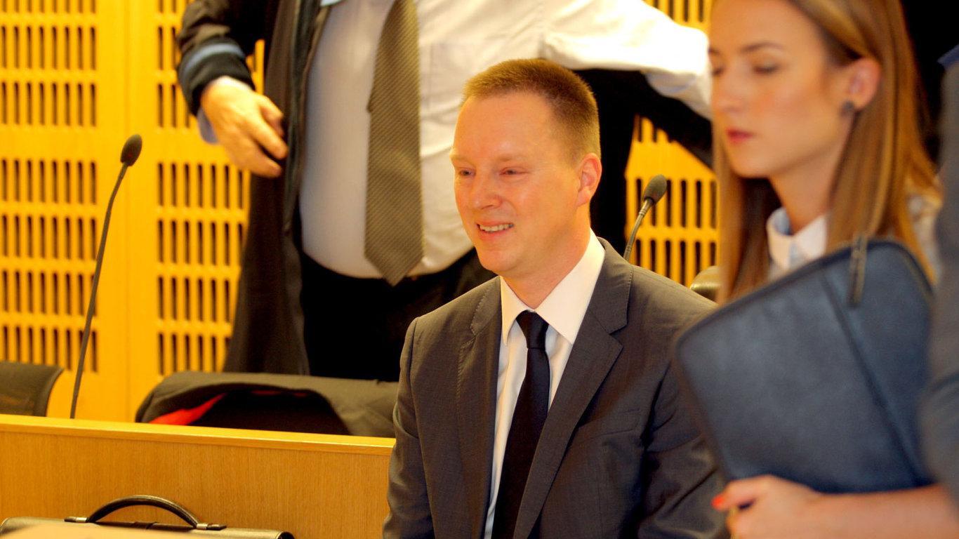 Jiří Staněk souzený s Vlastou Parkanovou, která se k soudu nedostavila.