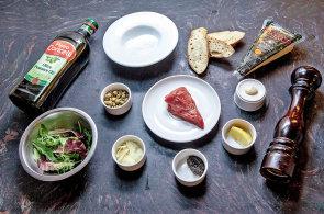 Stoprocentně čerstvý tatarský biftek: Namletí masa a servírování porce dělí půl minuty