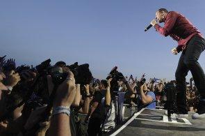 Kapela Linkin Park při pražském koncertu vyvěsila českou vlajku, přišlo 25 tisíc lidí
