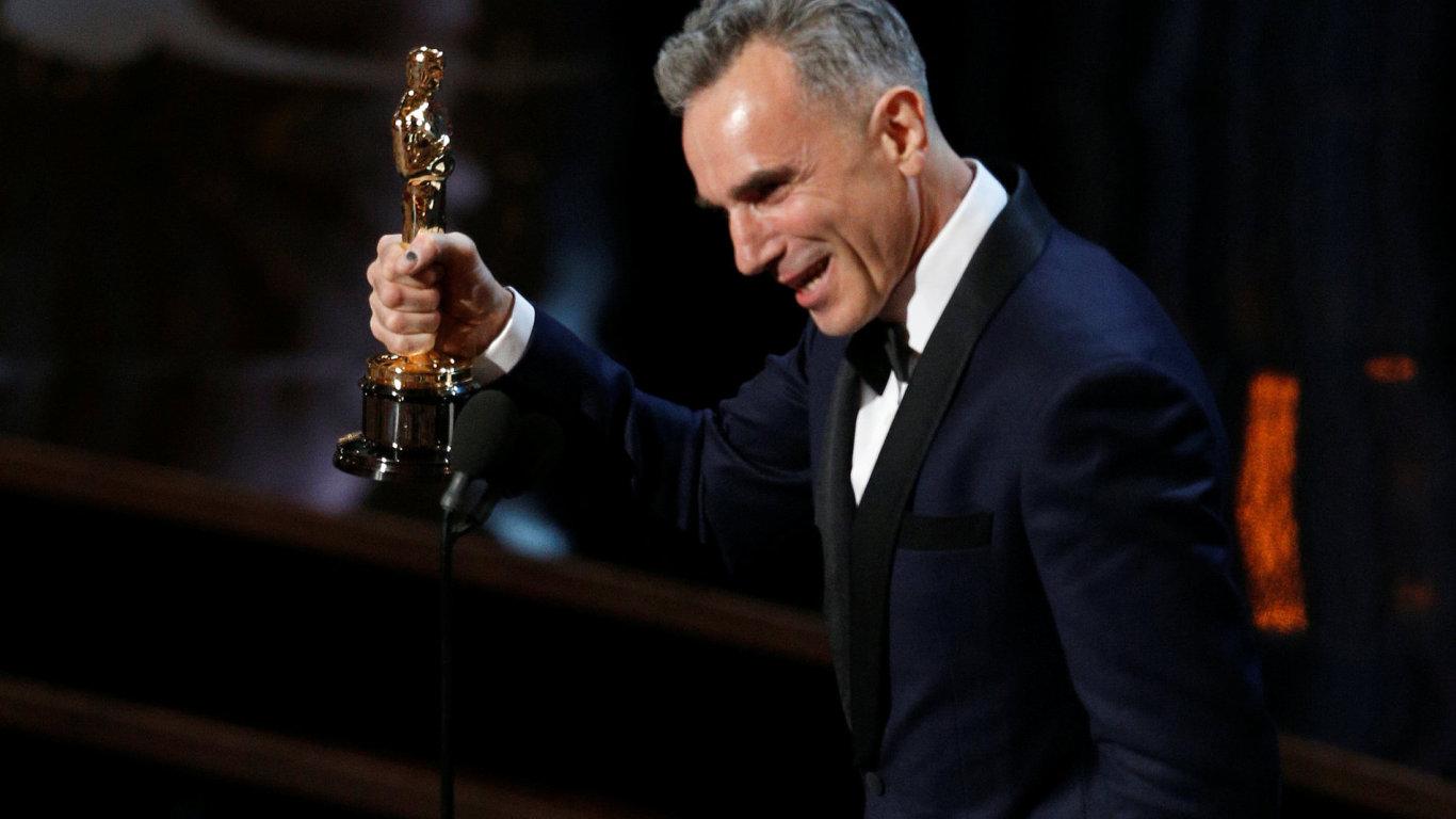 Na čtyři roky starém snímku Daniel Day-Lewis přebírá Oscara za výkon ve filmu Lincoln.