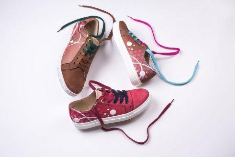 Snímek limitované kolekce festivalových bot, které pro Colours of Ostrava vyrobili Milan Cais, studio Kantors Creative Club a firma Baťa.