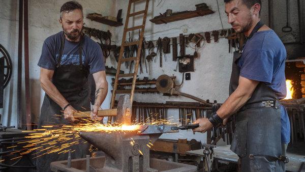 Výrobky kovářství Brož jsou výsledkem společné práce. Vlevo je majitel dílny Jiří Brož, vpravo ukrajinský kovář Dmytro Romaniuk.