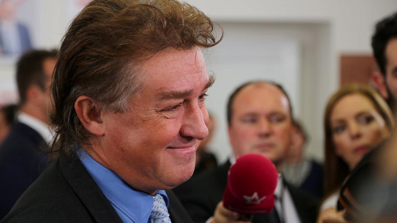 Místopředseda KSČM Jiří Dolejš hovoří s novináři ve volebním štábu komunistů v Praze.