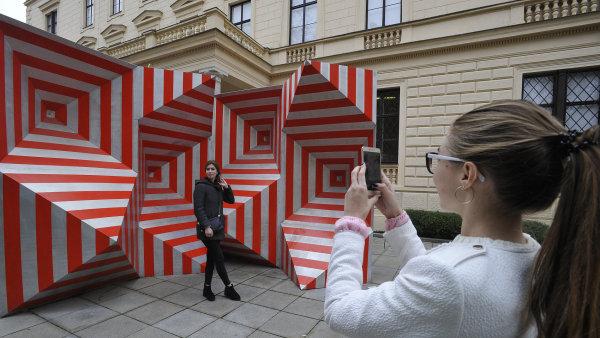 Tuto středu se mladé dívky, které z Ukrajiny dovezla Kateřina Šedá, fotografovaly u exponátů Moravské galerie v Brně.