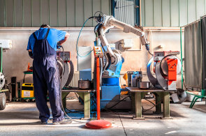 Postupující automatizace nemusí znamenat úbytek zaměstnanců. Nutná údržba strojů může naopak počty zaměstnanců zvyšovat - Ilustrační foto.