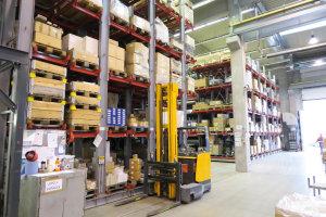 Pro skladování materiálu uvnitř budovy slouží posuvný paletový sklad a také automatický karuselový sklad