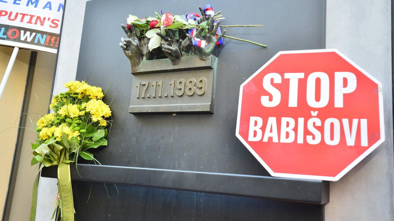 Památník 17. listopadu na Národní třídě v Praze.