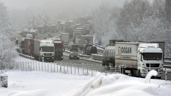 Ťok kvůli problémům na D1 zvažuje zákaz jízdy kamionů v levém pruhu na dálnicích. Dočasně ho mají vynucovat dopravní značky