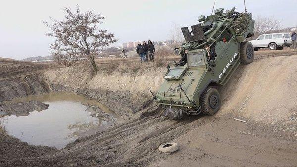 Unikátní obrněná čtyřkolka nejen pro armádu. Inovovaný Perun se ukázal v těžkém terénu