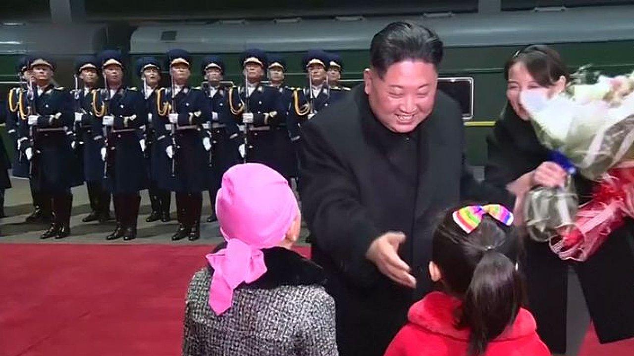 Kim Čong-un se vrátil vlakem do KLDR. Čekaly ho davy lidí s umělými květinami