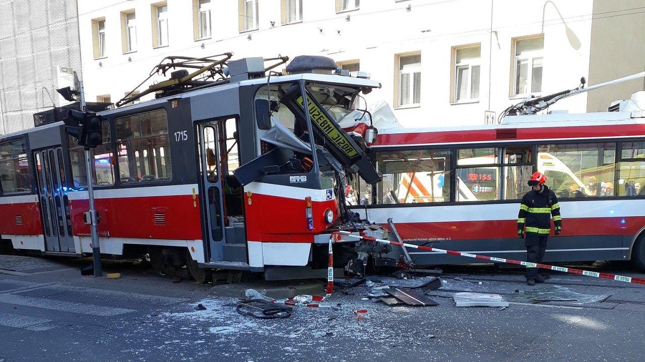 Na místě nehody trolejbusu a tramvaje je podle mluvčí záchranné služby pět těžce raněných lidí.
