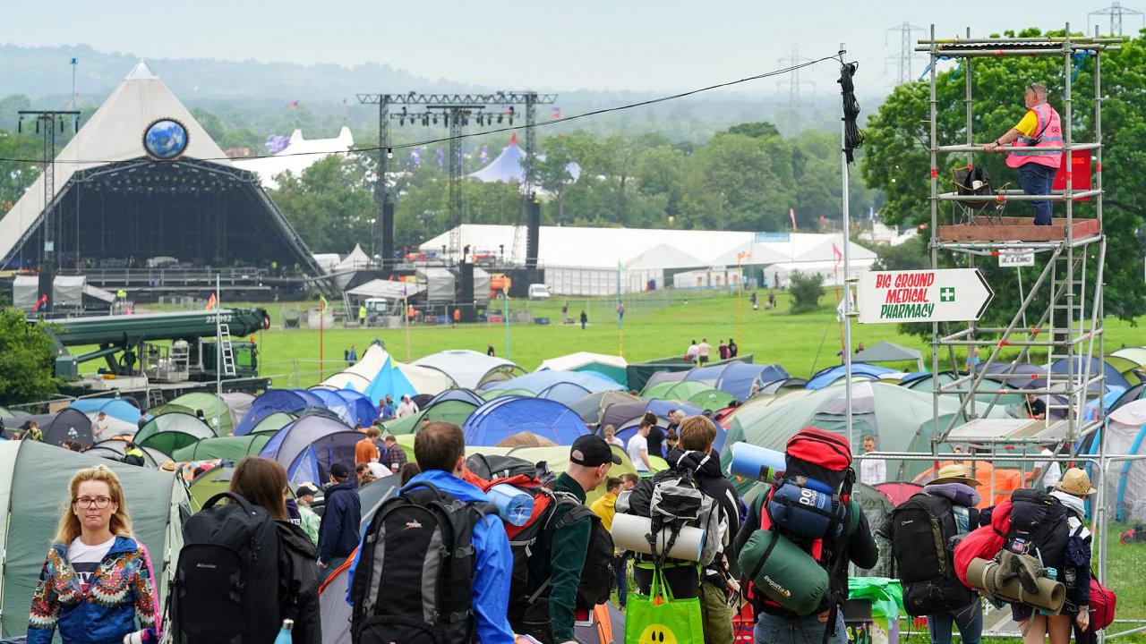 První návštěvníci se doareálu Glastonbury začali sjíždět vestředu.