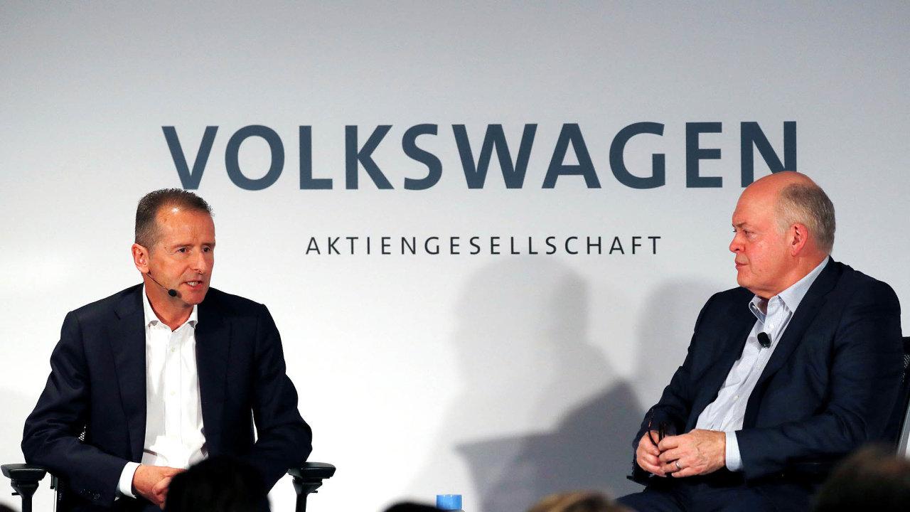 Věří, že budou silnější. Herbert Diess (vlevo) ajeho partner Jim Hackett si jdou velektromobilitě naruku. Ale vevýrobě běžných aut zůstávají konkurenty, hlavně vEvropě.