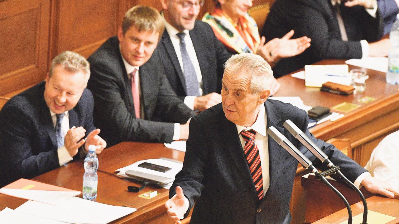 Prezident vesněmovně: Miloše Zemana ve čtvrtek čeká hospitalizace vÚstřední vojenské nemocnici, kde zůstane doneděle. Podle jeho mluvčího jde orekondiční pobyt.
