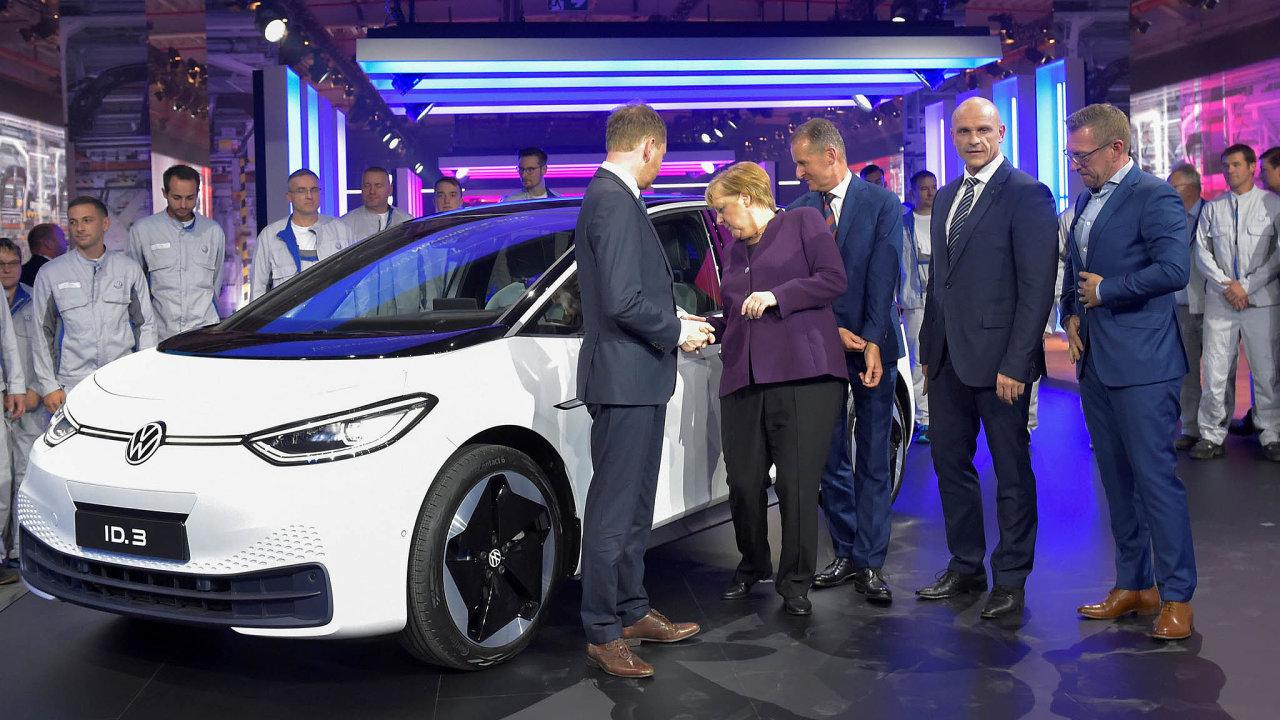 Volkswagen zahájil sériovou výrobu svého prvního plně elektrického auta ID.3. Má být určeno co nejširšímu okruhu zákazníků. Přišla i kancléřka Angela Merkelová.