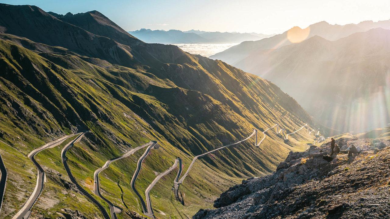 Silnice překonává převýšení téměř 1900 metrů adonejvyššího bodu vprůsmyku Stelvio (2758 metrů nad mořem) se zatáčí ve48 úzkých vlásenkách, serpentinách. Každá znich má své pořadové číslo vyvedené naznačkách vevrcholu zatáčky.