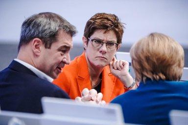 Předsedkyně vohrožení: Annegret Krampová-Karrenbauerová zůstává ipolipském sjezdu včele CDU. Vestraně má ale řadu protivníků.