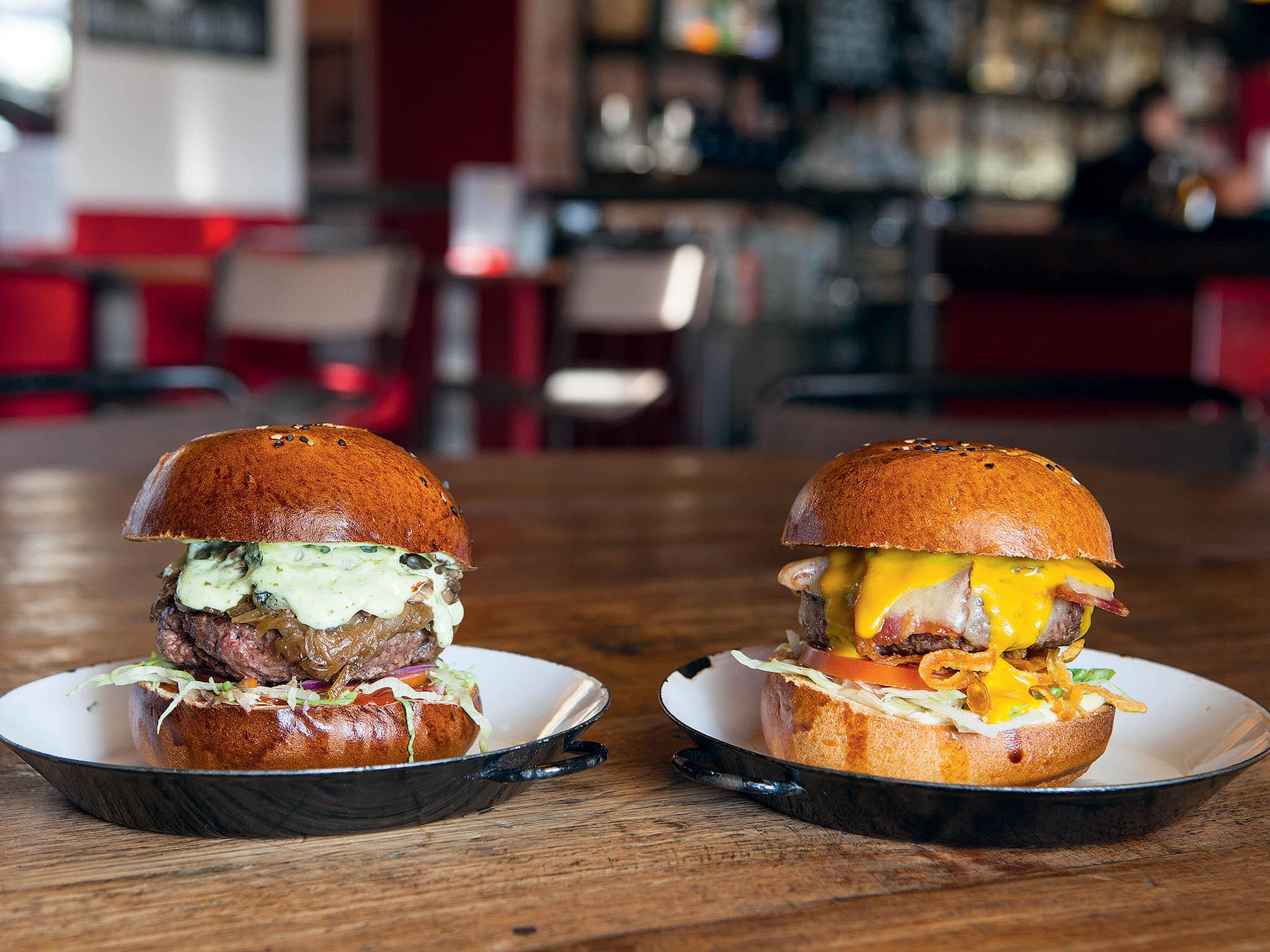 Smradlavý Francouz s modrým sýrem patří mezi burgery ke stálicím.