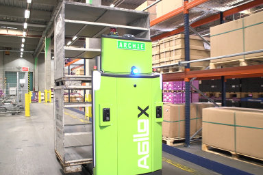 AGV vozík Agilox při práci ve skladu.