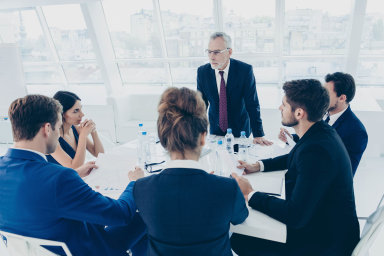 Členové představenstva by se měli setkávat pravidelně alespoň jednou za měsíc. Ze schůzí je dobré pořizovat zápisy, radí advokát.
